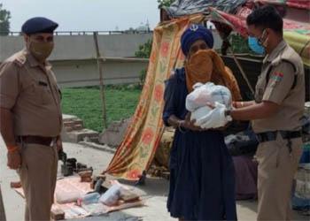 शाबाश : बेसहारा लोगो के लिए वरदान बनी कलियर पुलिस, वितरित की राहत सामग्री