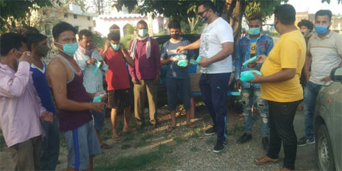 काशीपुर : राजीव चौधरी ने बच्चों को बांटे – चॉकलेट, बिस्किट और मास्क