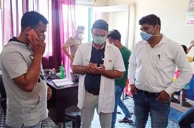 वैक्सीन न लेने के लिए उकसा रहा था झोलाछाप डॉ. शमीम, लगा 10 हजार का जुर्माना