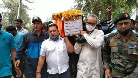 शहीद हिमांशु के पार्थिव शरीर के काशीपुर पहुंचने पर आप नेता दीपक बाली ने दिया कंधा, सैकड़ों ने दी श्रद्धांजलि