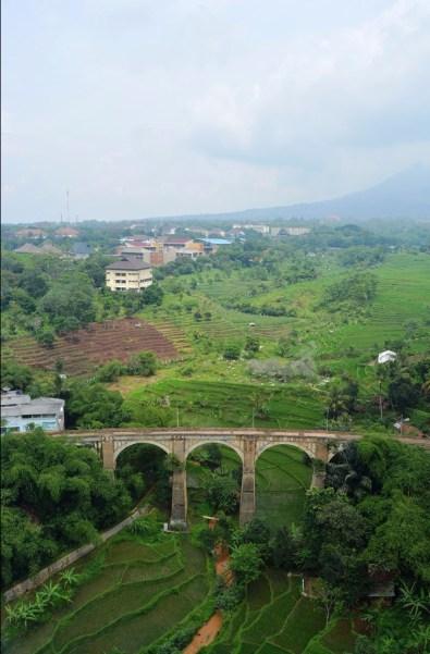 Jembatan Cingcin, Gunung Manglayang, dan Kampus Unpad dari Taman Melati Jatinangor.
