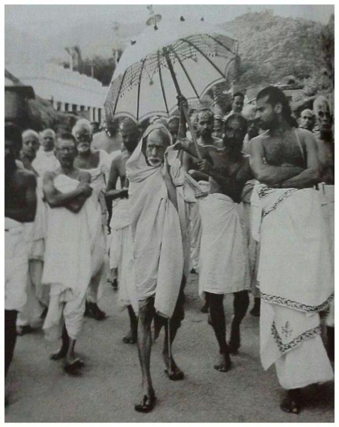MahaPeriyava-walking