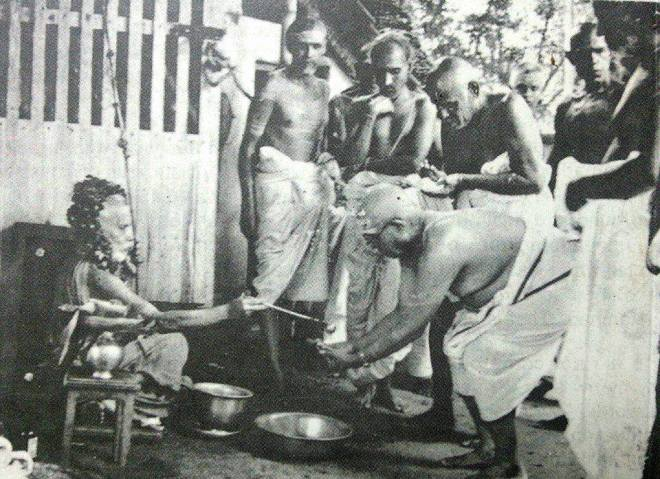 Periyava_giving_theertham