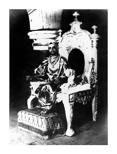 Periyava_sitting_on_throne