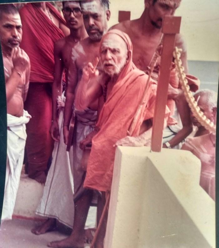 Mahaperiyava-with-Dr-Venugopalan.jpg