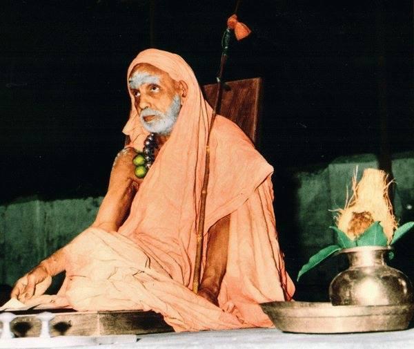 Mahaperiyava-with-kalasam