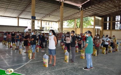 Covid-19 affected workers in Agusan Sur town get food aid