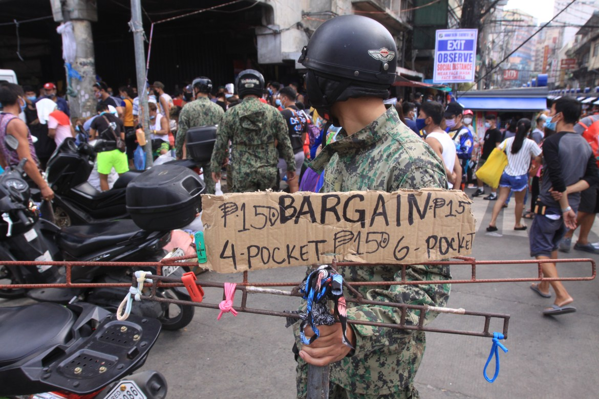 Cops conduct road-clearing operations in Manila's sidewalks