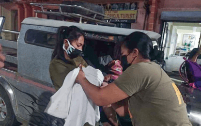 Female cops lauded for helping woman give birth in Capiz
