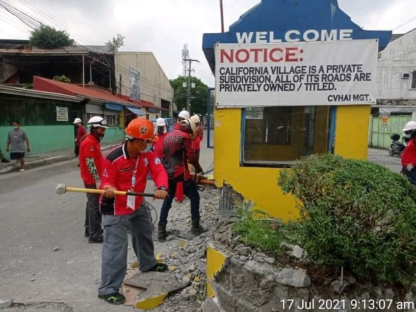 QC knocks down subdivision guard houses collecting toll fees under Mabuhay Lane