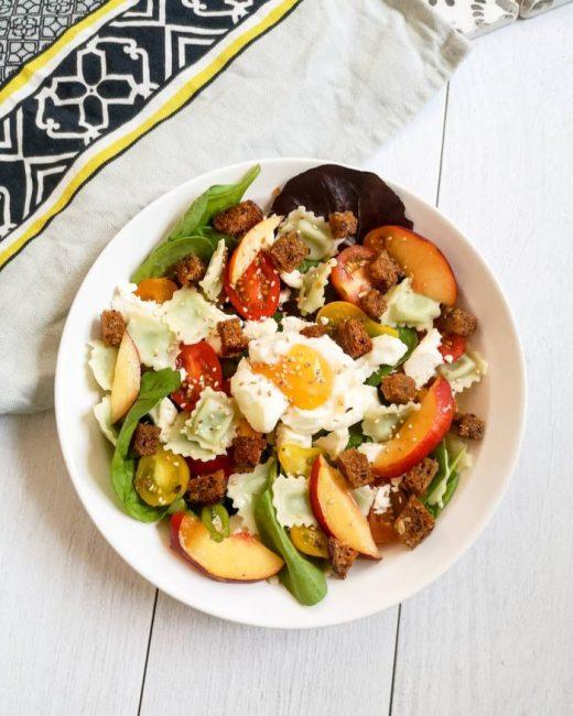 Salade de Ravioles, Nectarines, Chèvre, Oeuf Poché & Croûtons Maison - Mahealthytendency