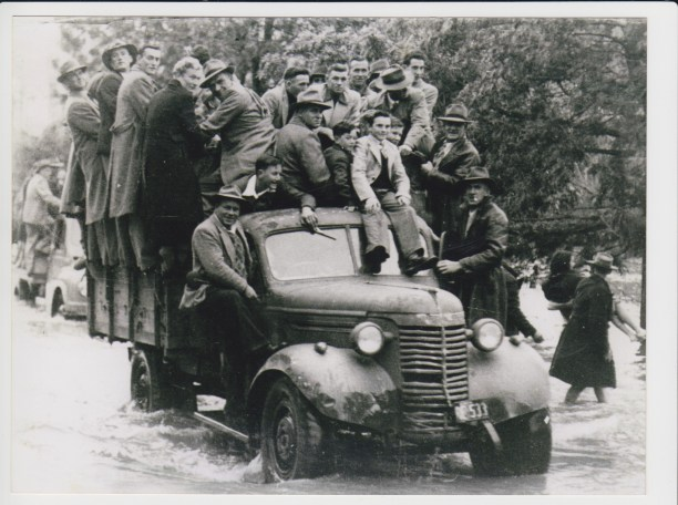 Leaving Anzac Park Gundagai on a wet 7 June 1952 after defeating Young.