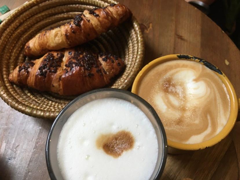 Schoko-Croissant und Kaffee weckt die Lebensgeister