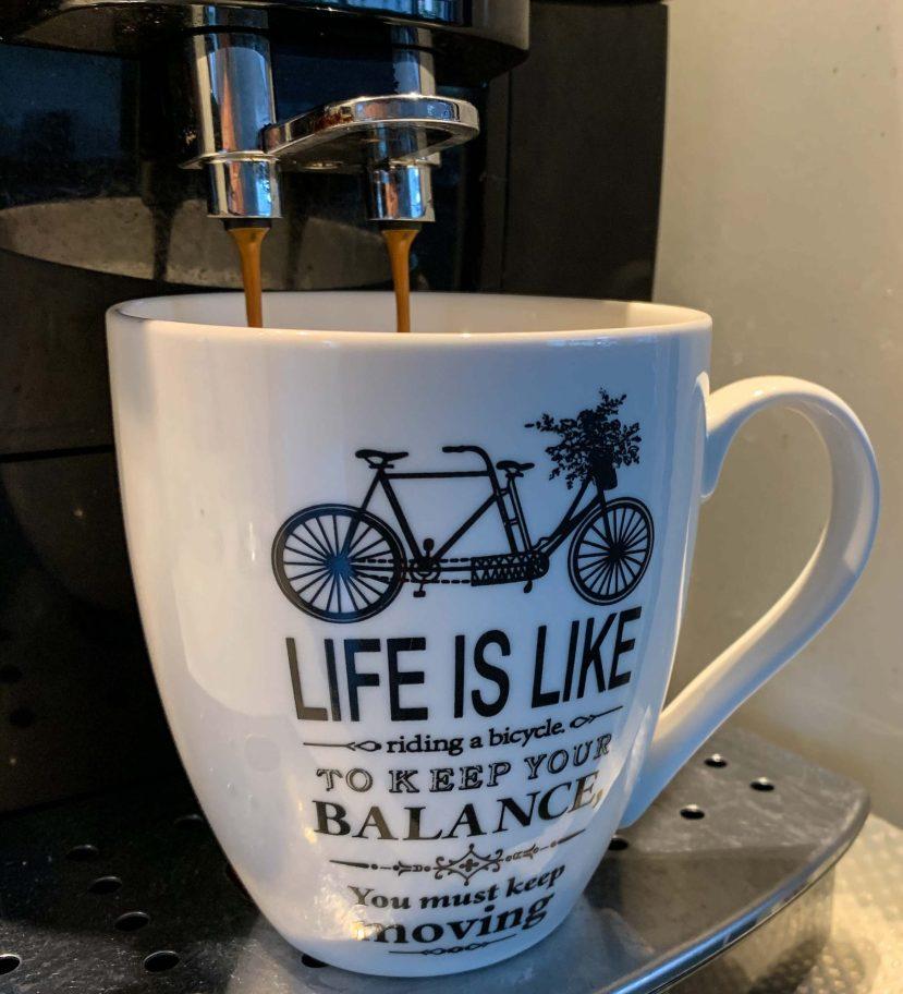 Am Morgen ein Kaffee aus der passenden Tasse