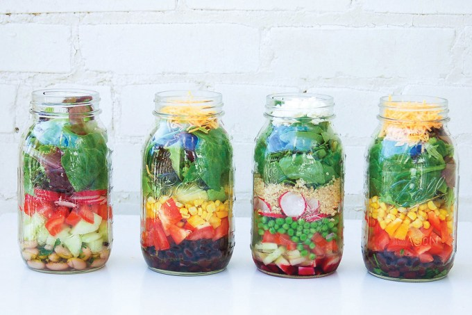 How to Pack a Perfect Mason Jar Salad |yumsugar.com