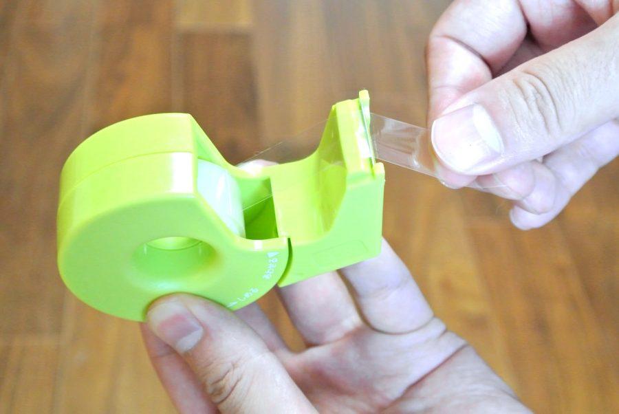 驚くほど軽い力でまっすぐ切れる。究極のテープカッター「カルカット」