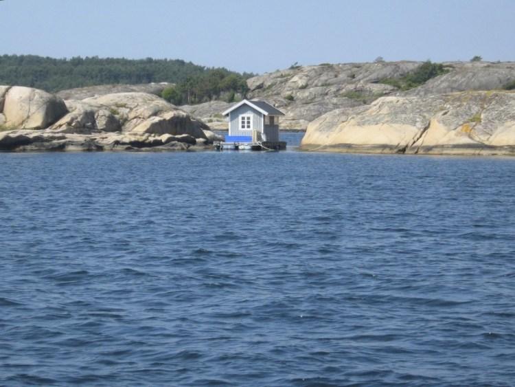 Petite cabane au bord de l'eau pour se changer avant de se baigner