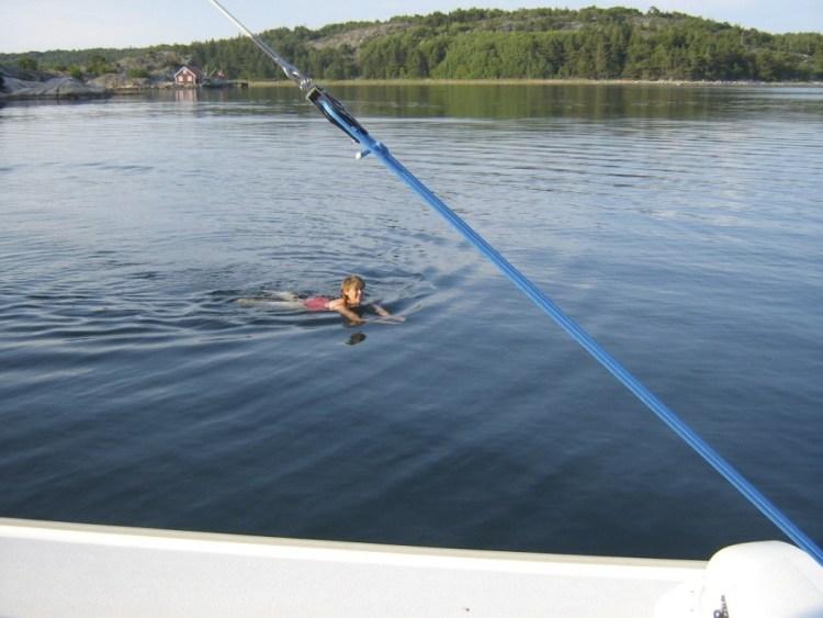 Baignade à côté des méduses dans l'archipel de Bohuslän