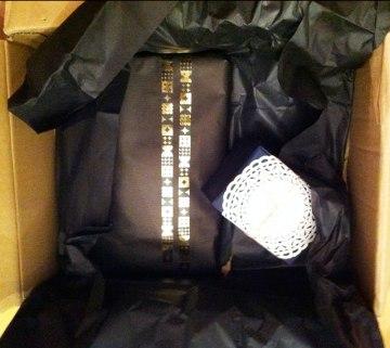und drin ein schwarzes Päckchen und eine kleine Schachtel