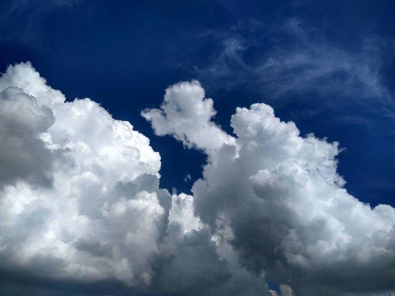 レンボンガン島雨季の空