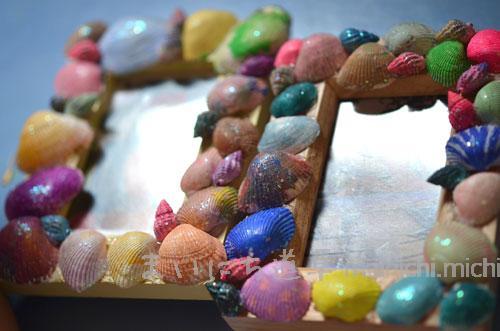 2歳の娘と一緒に、貝殻フレーム作り