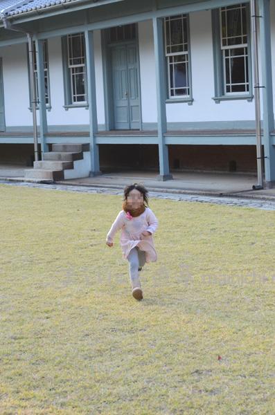 広い中庭を走り回る娘