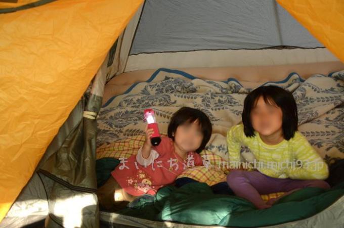 初キャンプ記念に、ピンクのLEDランタンを娘にプレゼント