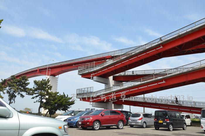 駐車場から見た歩道橋