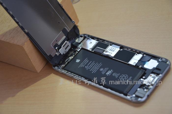 iPhone6 フロントパネルを開けたところ、まだ上部は繋がった状態
