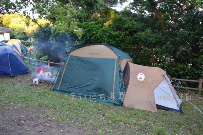 コールマンのテントとタープを、ジョイントフラップで繋いでます