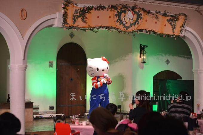 館のレストラン、キティちゃんのショー