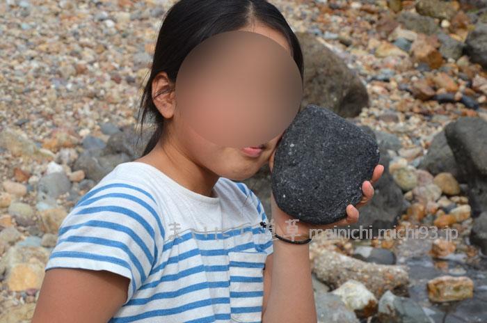 真っ黒い火山岩もあります
