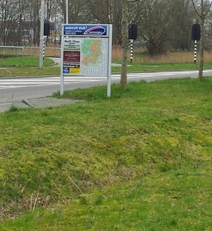 Een briljant geplaatst stadsplattegrond in Amstelveen: de fietser moet óf over een voor hem verboden straat óf door een sloot om erbij te komen.