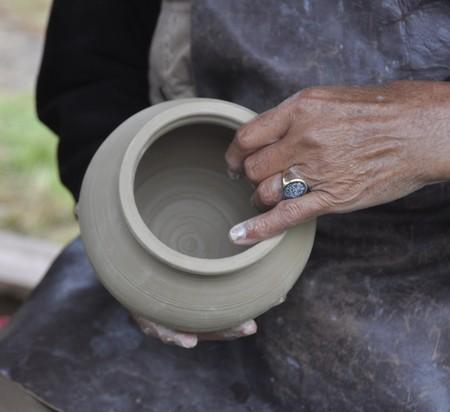 Een pottenbakker tijdens het festival van 2012