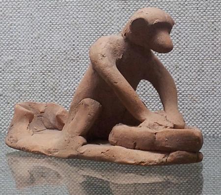 Een aap die deeg kneedt (Archeologisch Museum, Sozopol)