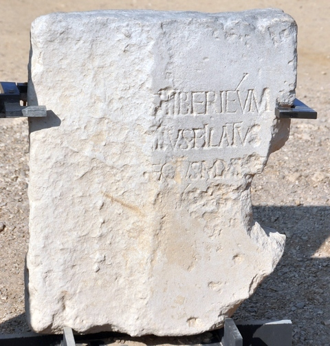 Moeilijk leesbaar, maar deze beroemde inscriptie uit Caesarea vermeldt in de tweede regel Pontius Pilatus en in de derde zijn functie,