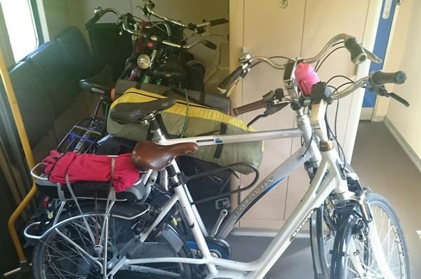 Mijn fiets links achteraan. Met wat hulp wist ik hem in Apeldoorn toch op het perron te krijgen.