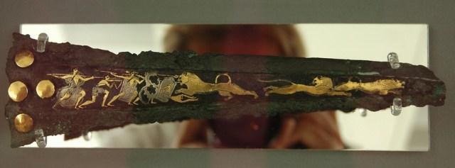Mykeense dolk met fotograaf (Nationaal Archeologisch Museum, Athene)