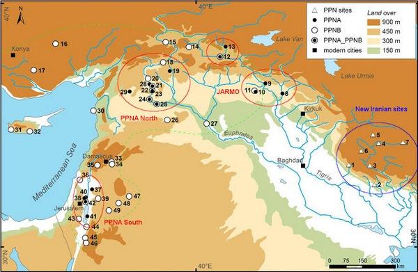 """Een recent overzicht van de Neolithische Revolutie. In de eeuwen tussen 10.000 en 7800 v.Chr. (het Pre-Pottery Neolithic A en B) werd op vijf plekken tegelijk de landbouw ontdekt. Uit: S. Riehl e.a., """"Emergence of Agriculture in the Foothills of the Zagros Mountains of Iran"""", in Science Magazine Vol. 341 (2013), Issue 6141, pp. 65-67."""