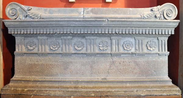 Graf van Lucius Cornelius Scipio met een van de oudste vermeldingen van de cursus honorum (Vaticaanse Musea, Rome)