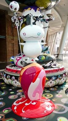 Fragmento de escultura pública de Takashi Murakami.