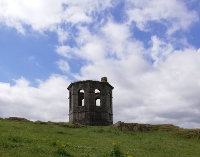 Photo of Kenmure Temple, an octagaonal shaped ruin on a hill beside the A737 between Howwood and Lochwinnoch.