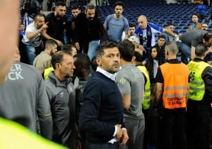 Steward confunde Bruno Costa e tenta levá-lo para a bancada