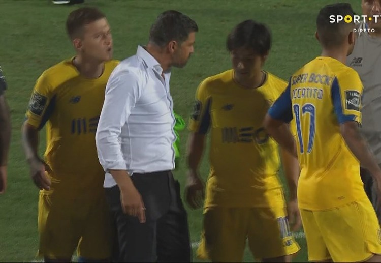 Nakajima leva apertão de Sérgio Conceição