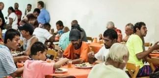 Pastor alimenta mendigos com dízimos dos fiéis