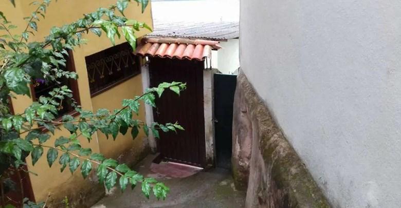 Aluga-se casa no bairro Antônio Dias em Ouro Preto de 03 quartos. R$ 780,00.