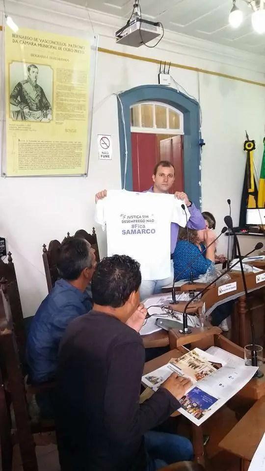 """Foto: Vereador Marquinho exibe camisa da a causa do grupo """"Justiça sim. Desemprego não""""  (Página Justiça Sim Desemprego não)"""