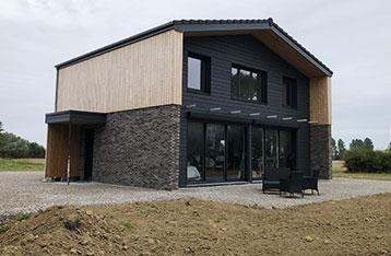 maison en parement brique et bois