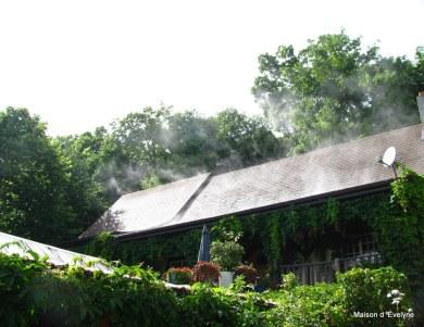 La Maison d'Évelyne en été après une averse