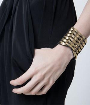 Brazalete de cuero metalizado dorado Lazos de Maison Domecq sobre modelo.
